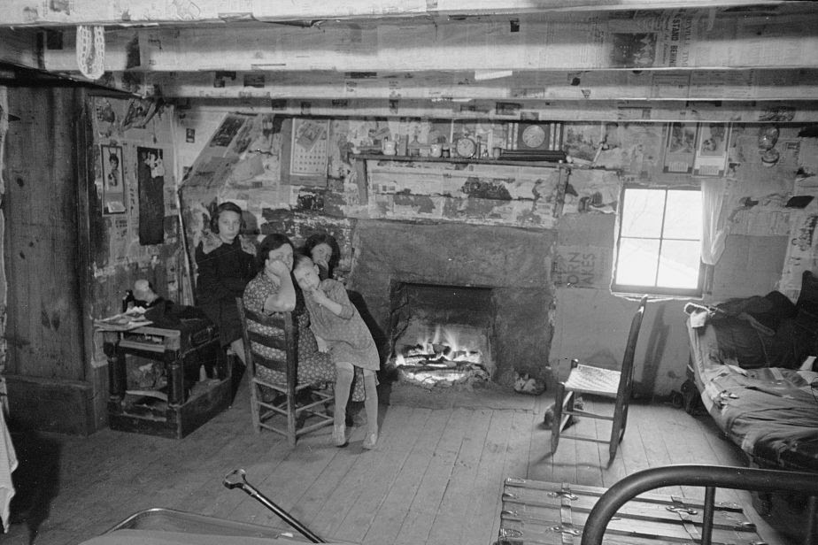http://daysgoneby.me/wp-content/uploads/2014/09/Interior-of-mountain-farmhouse-Appalachian-Mountains-near-Marshall-North-Carolina-by-Photographer-Carl-Mydans-e1410818224221.jpg