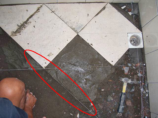 Cara  pasang keramik  lantai  kamar mandi dengan posisi
