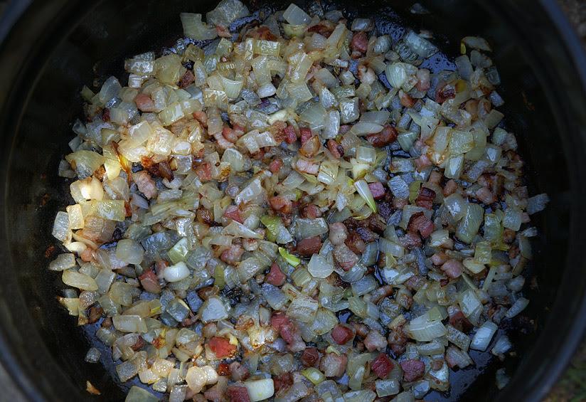 1. В розтоплений жир додати дрібно порізану цибулю та присмажити її до золотавого кольору