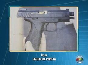 Foto em laudo mostra arma do policial com projétil preso (Foto: Reprodução/TV Fronteira)