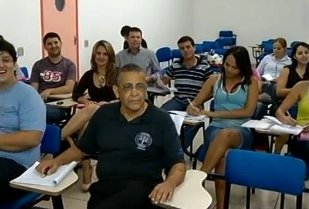 Em sala de aula, colegas admiram a força de vontade do aposentado, em Goiás (Foto: Reprodução/ TV Anhanguera)
