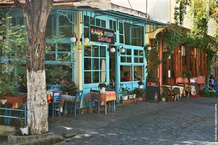 Θεσσαλονίκη: Στην Ανω Πόλη, η συνοικία Τσινάρι εκτός από τους μεζέδες έχει αδυναμία στο χρώμα