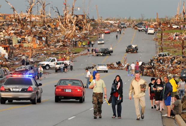 Tornado devasta cidade nos Estados Unidos (Foto: AP)