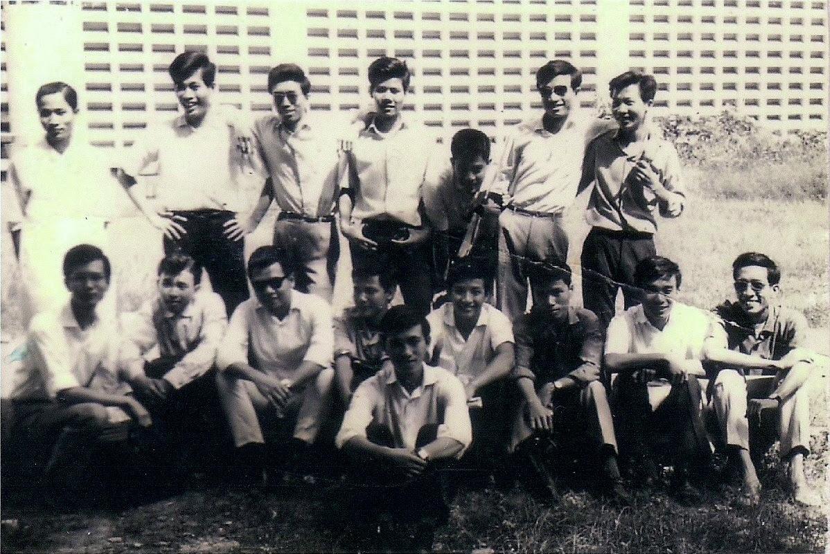 Nhóm SVYK tại sân trường năm 1965