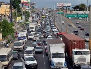 Empleados públicos y privados y simples ciudadanos que sufren los enormes taponamientos que se producen en las horas pico en el Gran Santo Domingo se mostraron de acuerdo con horarios laborales diferidos para descongestionar el tránsito.