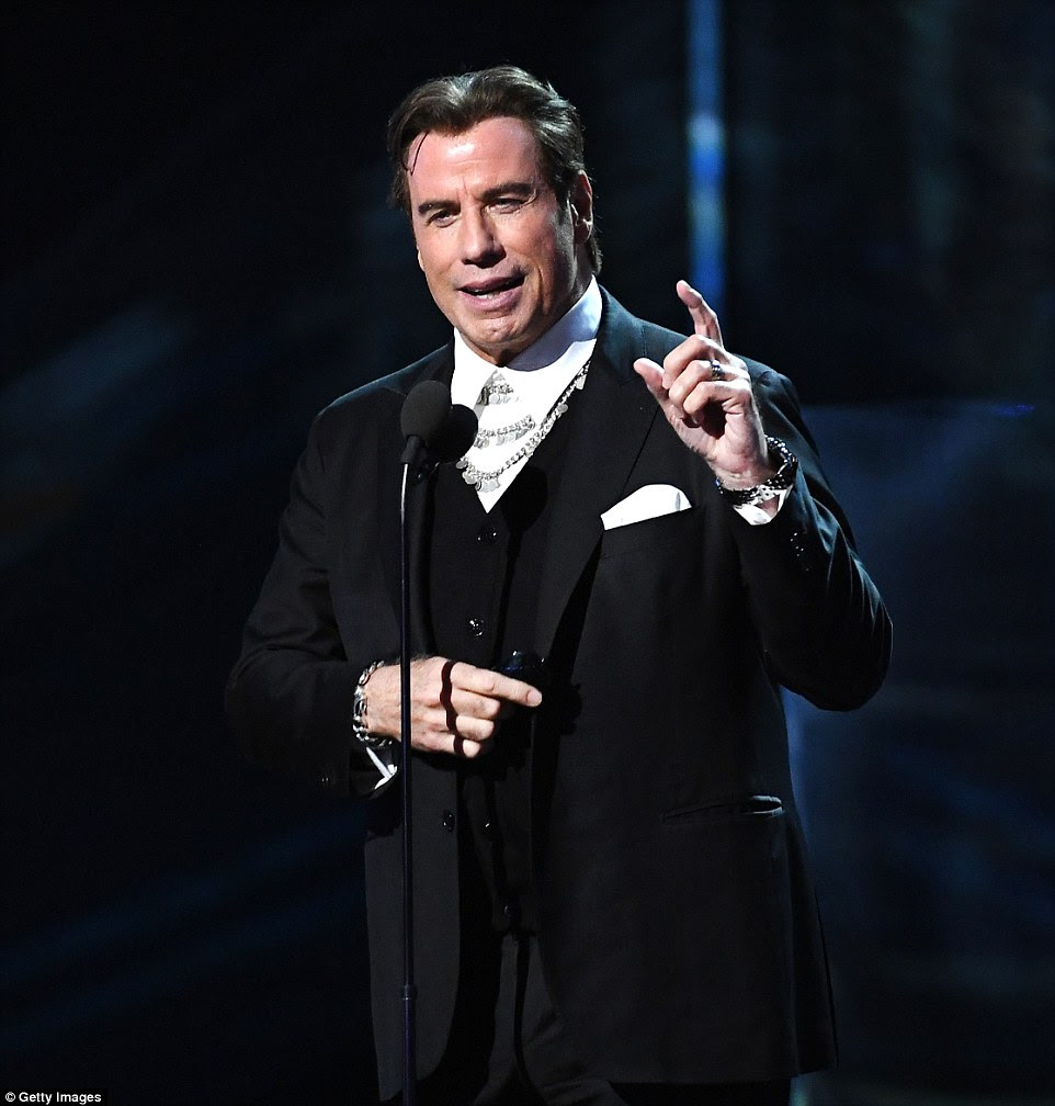 Grande papel: John Travolta apresentou um dos atos musicais