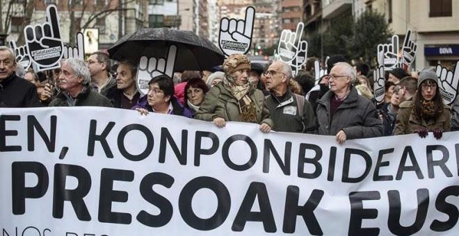 La red ciudadana Sare celebra su habitual gran manifestación anual contra la 'vulneración de derechos' y la dispersión de los presos de ETA, hoy en Bilbao. EFE/JAVIER ZORRILLA
