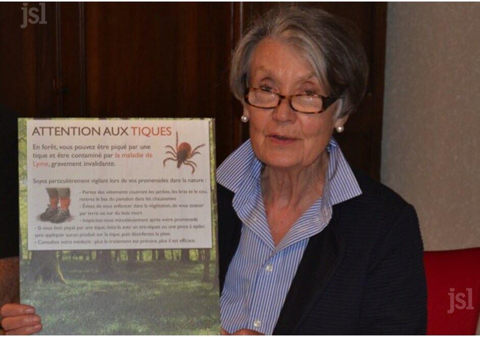 Jacqueline Ackermann, la maire, a présenté   le panneau qui sera installé au départ des chemins   de randonnées. Photo Christiane GRESSARD