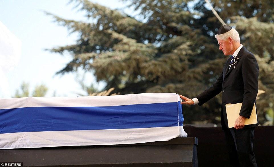 O ex-presidente dos Estados Unidos, retratado aqui tocar o caixão, juntou-se 70 líderes mundiais e membros da realeza, incluindo Barack Obama, Tony Blair, o príncipe Charles e Rei Felipe da Espanha na cerimônia no Monte Herzl em Jerusalém