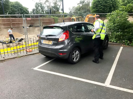 Traffic Warden's terrible job at parking has left people outraged