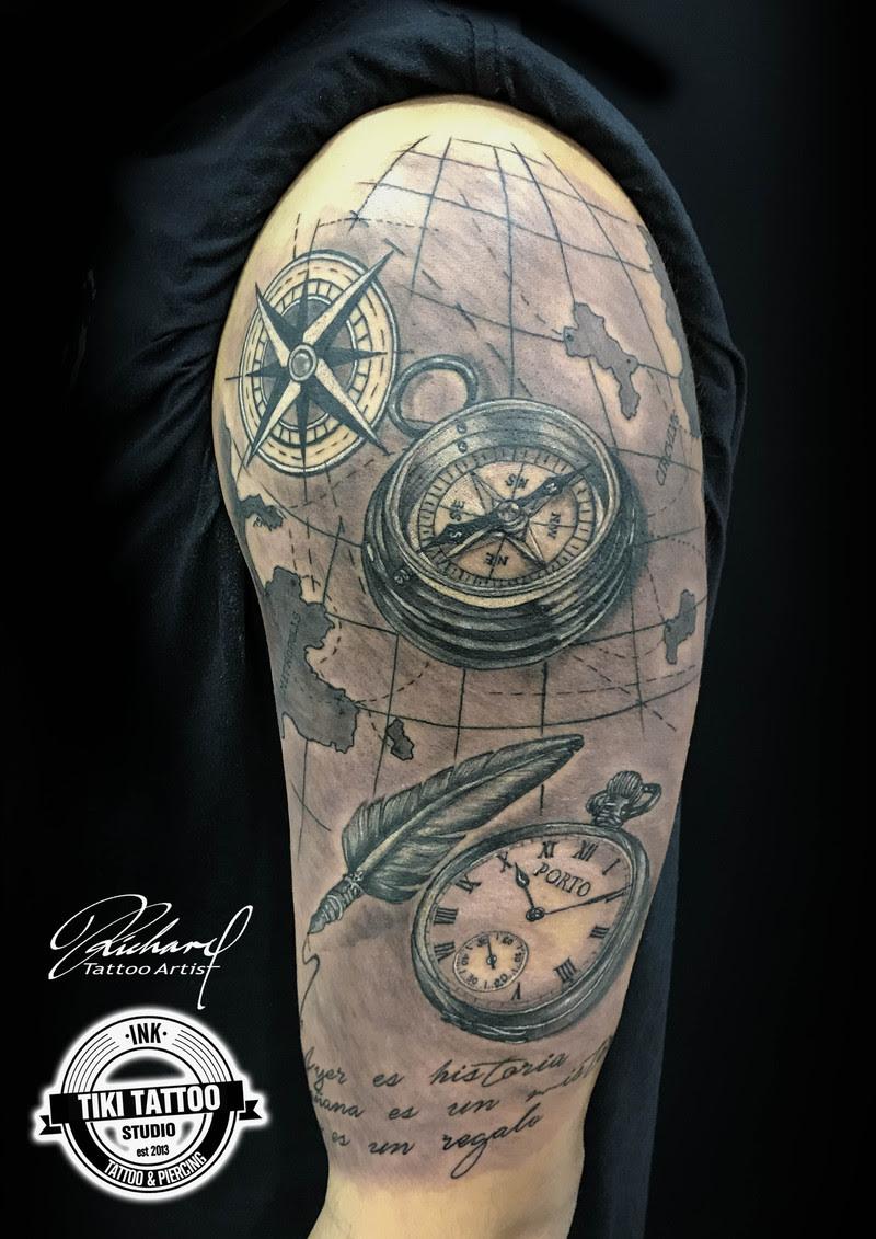 Composición Reloj Y Brújula