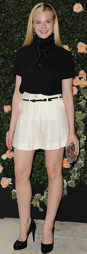 Fashionistas adolescente: True Grit estrela Hailee Steinfeld, 14 e 13-year-old Elle Fanning ambos participaram de um jantar chamativo na boutique Chanel em Los Angeles ontem à noite