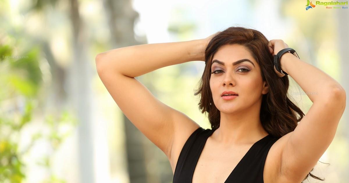 Sakshi Chaudhary Cleavage & Armpit Show