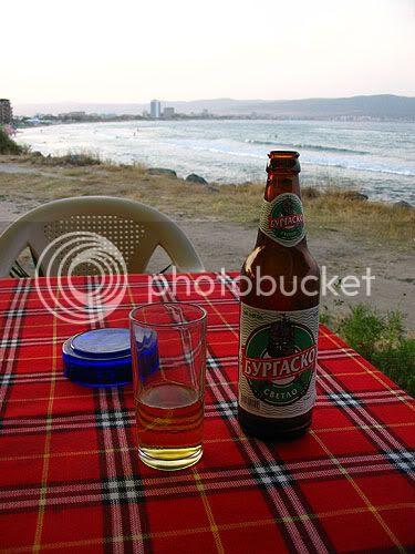 uma cerveja em frente ao mar