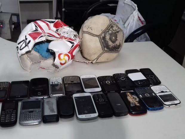 Telefones celulares estavam dentro de bolas em presídio de Uruguaiana, RS (Foto: Divulgação/Polícia Civil)