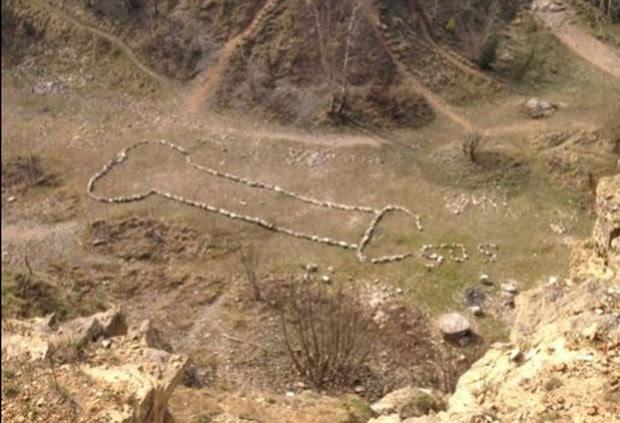 Grupo criou imagem de pênis gigante em colina na Inglaterra (Foto: Reprodução/Twitter/Tim Cooper )
