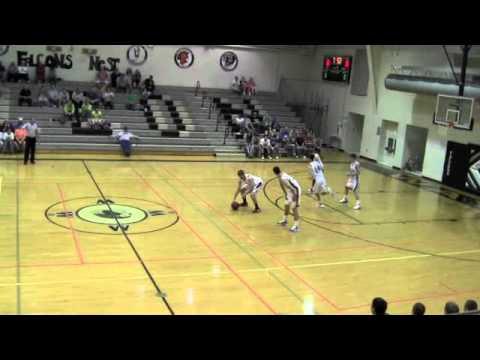 video que muestra a unos jugadores de baloncesto engañando al rival para meter canasta