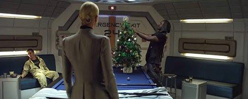 No início da viagem, o capitão do navio instala uma árvore de Natal, mas é ridicularizado por seu superior.