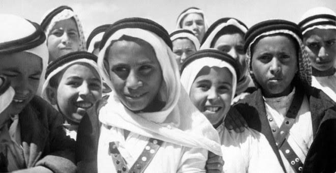 Foto tomada en 1948 de niños palestinos de Beer Sheba esperando al Comité Especial de las Naciones Unidas para Palestina, tras la partición del territorio en dos estados. AFP