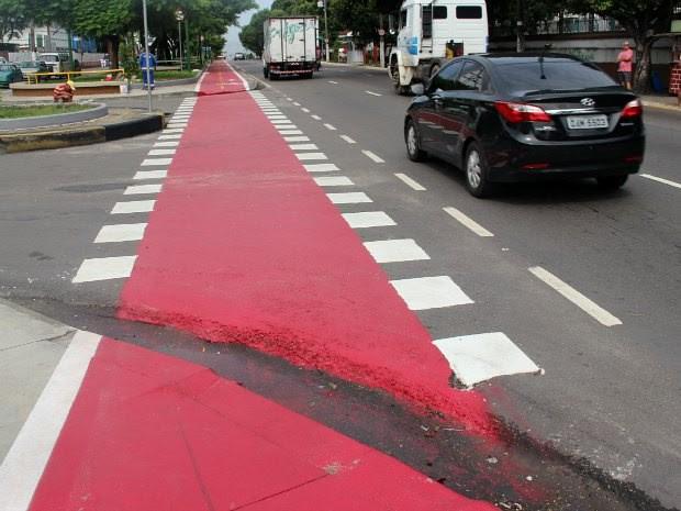 Espaço entre calçada e rua dificulta passagem de ciclistas e cadeirantes   (Foto: Suelen Gonçalves/G1 AM)