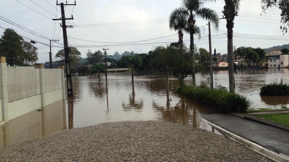 Ruas de Castro, na região dos Campos Gerais, ficaram alagadas e prefeitura decretou situação de emergência (Foto: André Salamucha/RPC)