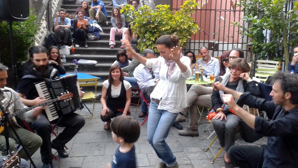 21 Maggio 2016 | Napoli, Piazza Bellini, Spazio Nea | L'orchestra di musica rebetica EVI EVAN in concerto