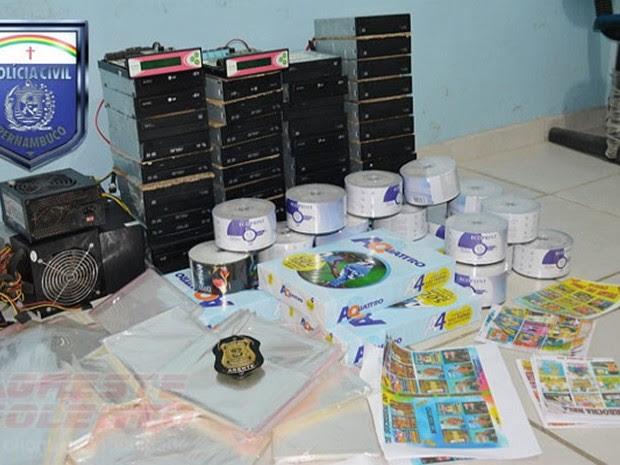 DVDs falsificados foram apreendidos em fábrica de Garanhuns (Foto: Divulgação/Polícia Civil)