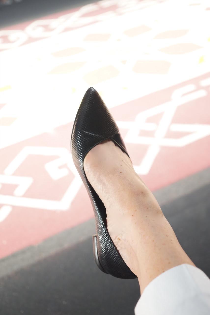 Detalhe da sapatilha.  Me perguntaram no Instagram se dá para ficar elegante com sapato baixo... eu acho que sim!
