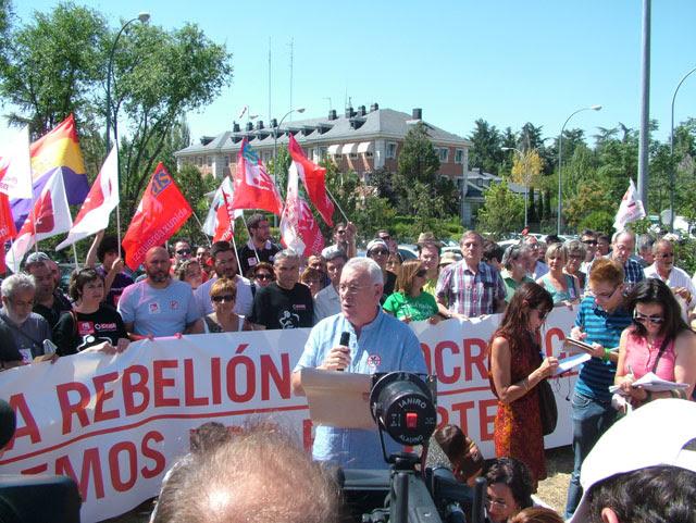 Cayo Lara, delante de sus compañeros de IU, esta mañana leyendo el llamamiento a una rebelión sostenida, a las puertas de la Moncloa.-