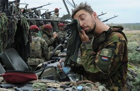 Moonapuudus Hollandi armees: sõdurid karjuvad lasketreeningul põmm, põmm, põmm