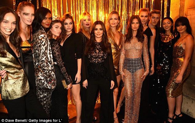 Ladeado: Cheryl foi ladeado por modelos deslumbrantes, embora ela foi ofuscado um pouco devido à sua altura diminuta