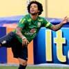 Marcelo tenta pegar a bola durante treinamento da seleção brasileira