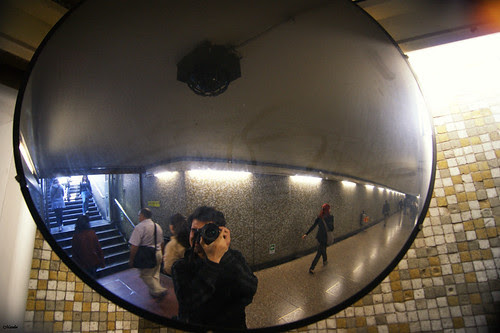 Autorretrato en el metro. by Alejandro Bonilla