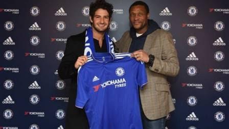 Pato posa com a camisa do Chelsea