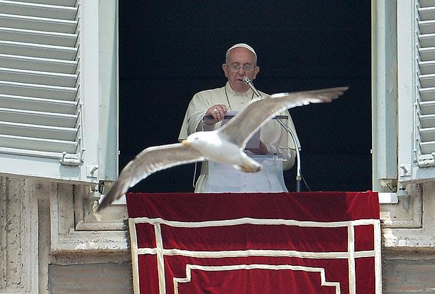 Gaivota voa durante oração do Angelus celebrada pelo papa Francisco no Vaticano