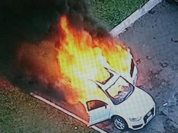 Carro queimado na Esplanada dos Ministérios, durante ato de estudantes contra a PEC do teto de gastos (Foto: TV Globo/Reprodução)
