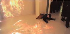 Ένας μικρός επισκέπτης «μέσα» στην εγκατάσταση του Κώστα Τσόκλη,  στο Σισμανόγλειο της Κωνσταντινούπολης. «Η  τέχνη δεν εκφράζει  αισθήματα, παράγει αισθήματα. Αν είναι τέχνη» πιστεύει ο καλλιτέχνης
