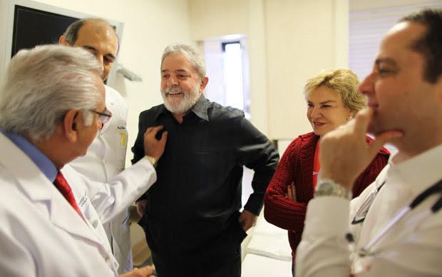 O ex-presidente Luiz Inácio Lula da Silva com a equipe médica do Hospital Sírio-Libanês nesta segunda (Foto: Divul / Instituto Cidadania)