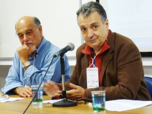Roberto Aparici, ao lado do professor Ismar Soares na  primeira aula da disciplina Epistemologia da Educomunicação do curso Educom USP.