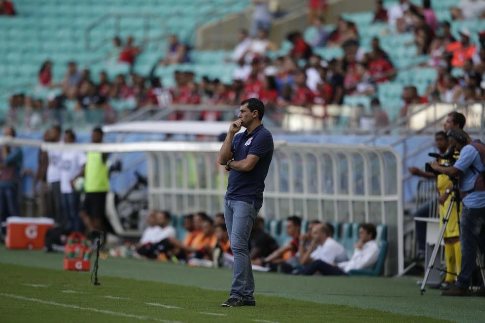 O técnico Fábio Carille acompanha o jogo entre Vitória e Corinthians  (Foto: Adilton Venegeroles / Agência A Tarde / Estadão Conteúdo )