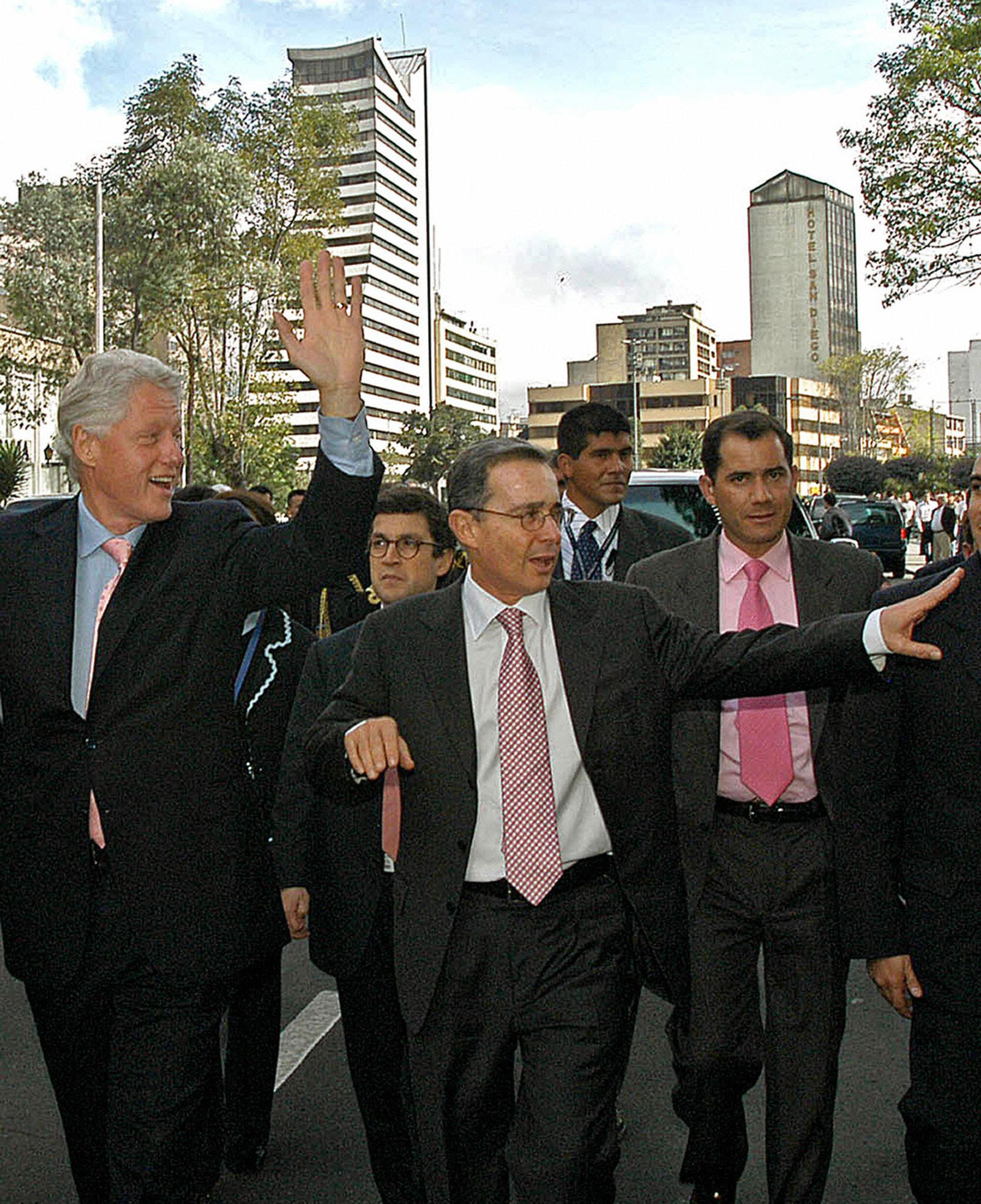 Former Colombian President Álvaro Uribe and Bill Clinton in Bogota, Colombia, June 22, 2005