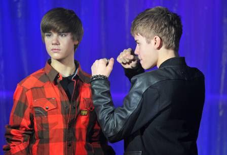 Justin Bieber simula uma briga com sua estátua de cera