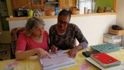 Photo ©DR Sylvie Barros, infirmière libérale à Maisse, avec sa stagiaire, Janice Ngoupayou, remplissant le portfolio.