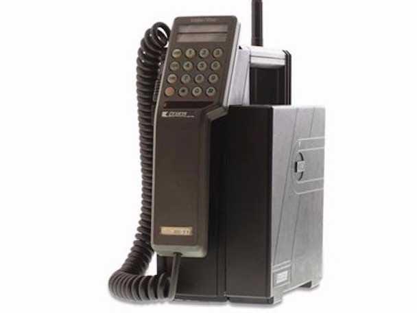 Vodafone comenzó su vida en la década de 1980 como una filial de Racal Electronics, el mayor productor de tecnología de radio militar del Reino Unido en el momento. Racal era también una vez que la tercera mayor empresa de electrónica británica. Aquí está el primer teléfono móvil de Vodafone, el Mobira transportable, que pesaba 11 libras.
