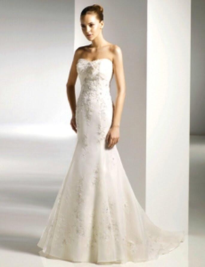 Anjolique 2010 - vestido de corte sereia, sem alças, com bordados.