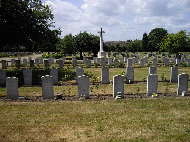Commonwealth War Graves Colchester Cemetery, Mersea Road - geograph.org.uk - 1386023