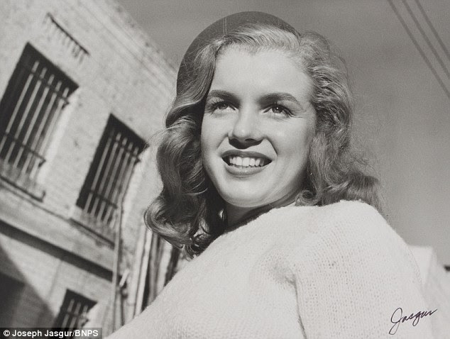 Beleza natural: As fotografias mostram o jovem esperançoso em uma rua lateral, em Hollywood, irreconhecível da loira, ela se tornaria