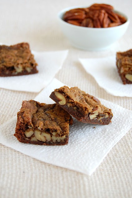 Black bottom pecan praline bars / Barrinhas de praliné de pecã