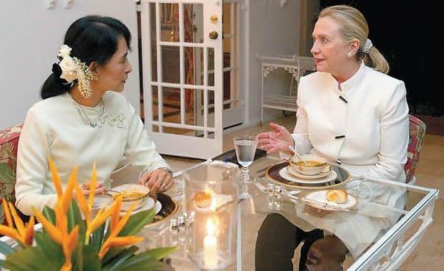 2011년 12월 버마의 노벨평화상 수상자 아웅산 수치와 만난 힐러리 클린턴 /김영사 제공, AP Photo, Saul Loeb, Pool