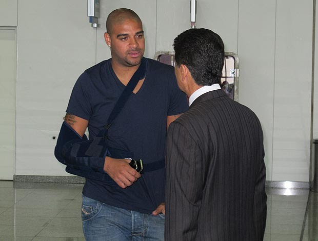 adriano embarque (Foto: Eduardo Peixoto/Globoesporte.com)